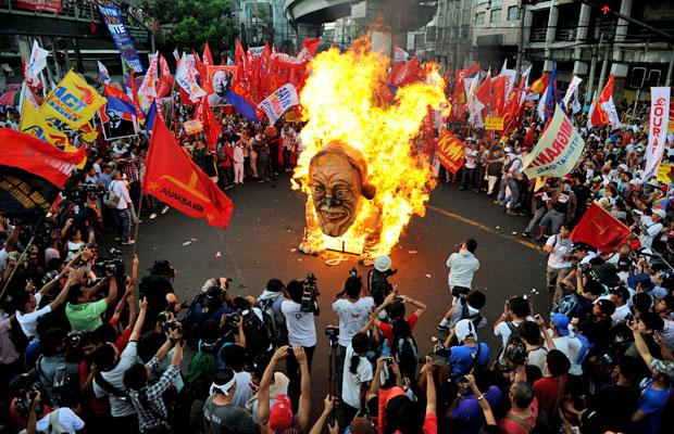 Manifestação pede aumento de salários e medidas que tornam mais difíceis as demissões (Foto: Noel Celis/AFP)