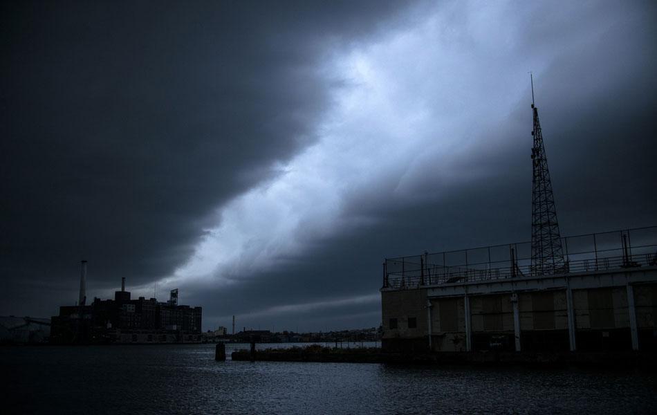 29 de outubro - Nuvens de tempestade pairam sobre o Inner Harbor antes da passagem do furacão Sandy em Baltimore.