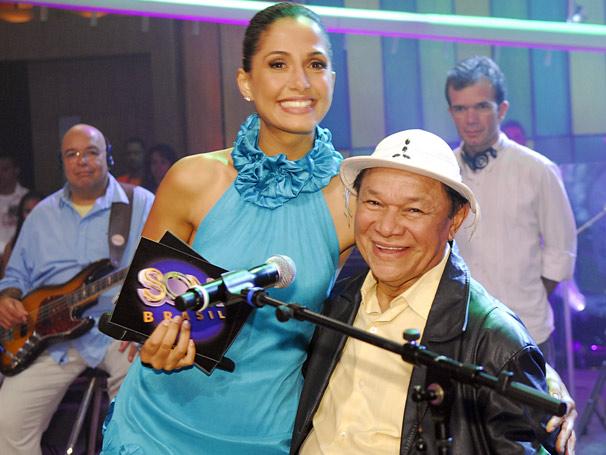 O homenageado Dominguinhos com a apresentadora Camila Pitanga