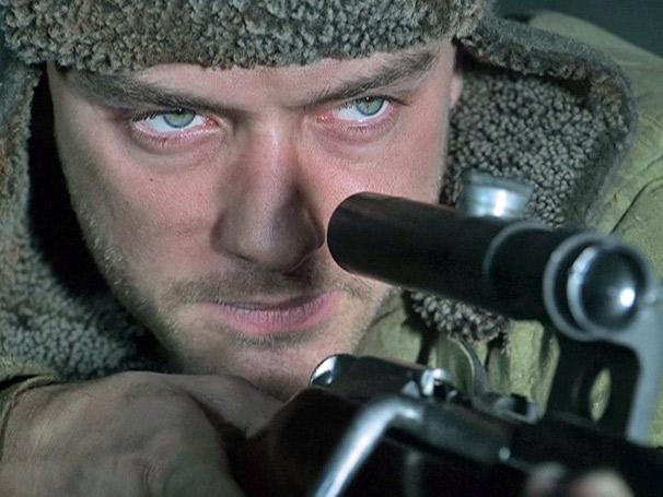 Em Círculo de Fogo, Vasily Zaitsev (Jude Law) é o atirador mais famoso da Rússia (Foto: Divulgação)