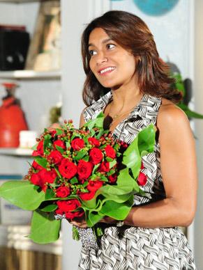 Marta (Dira Paes) se encanta pelas flores  (Foto: João Miguel Júnior / TV Globo)