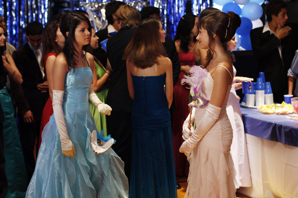Carter (Selena Gomez) precisa ajudar Rosalinda (Demi Lovato) a ser uma adolescente normal (Foto: Divulgação)