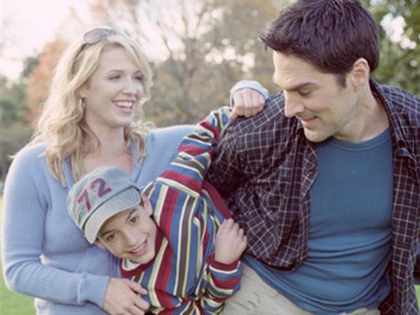 Waylon perde os pais em acidente e passa a ser criado pelos padrinhos (Foto: Divulgação)