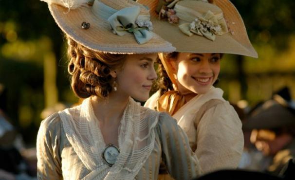Georgiana (Keira Knightley) e Bess Foster (Hayley Atwell) tornam-se amigas em 'A Duquesa' (Foto: Divulgação)