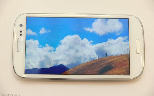 Galaxy S3 roda filmes na tela super AMOLED de 4,8 polegadas  (Foto: TechTudo/Allan Melo)