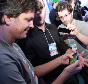 Testando o PS Vita (Foto: Allan Melo)