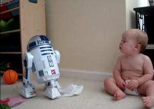 Bebê 'conversando' com R2D2 (Foto: Reprodução)