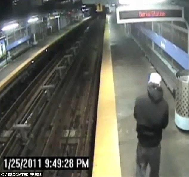 Homem cai no trilho do trem por estar distraído com o celular (Foto: Reprodução/Daily Mail)