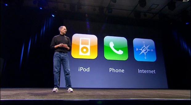 O iPhone e suas multiplas funcionalidades apresentado por Steve Jobs em 2007 (Foto: Reprodução/Rossel & Cie)