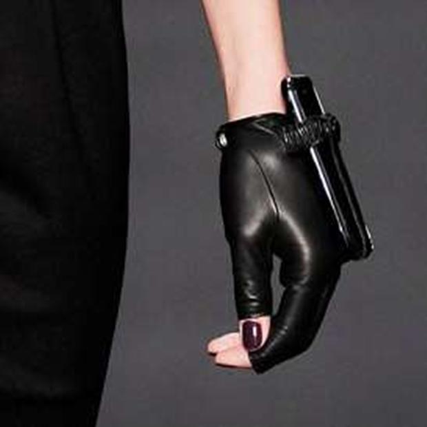 Couture Phone Holders é uma luva que prende seu smartphone à parte superior de sua mão (Foto: Reprodução/Trendhunter)