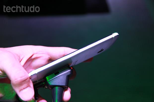 HTC One tem design fino e elegante (Foto: Allan Melo/TechTudo)