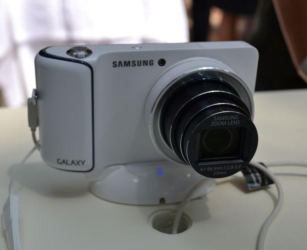 Galaxy Camera ligada, com a lente com zoom de até 21 vezes (TechTudo|Pedro Zambarda)