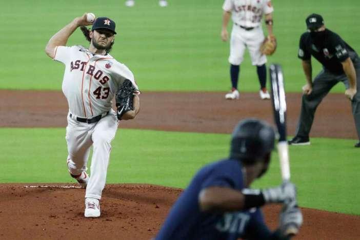 El abridor de los Astros de Houston Lance McCullers Jr. (43) lanza a los Marineros de Seattle Kyle Lewis (1) durante la primera entrada de un juego de béisbol de la MLB en el Minute Maid Park, el domingo 16 de agosto de 2020 en Houston.