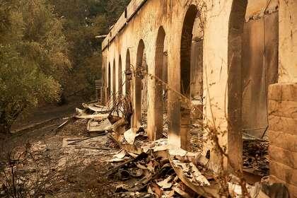 البقايا المتفحمة هي كل ما تبقى من أحد المباني العديدة في Fairwinds Estate Winery أثناء حريق Glass في Calistoga ، كاليفورنيا صباح يوم الاثنين ، 28 سبتمبر ، 2020.