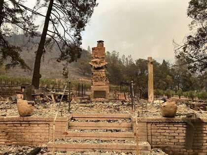 تم تدمير مصنع النبيذ وبيت الضيافة في Hourglass في حريق الزجاج في 28 سبتمبر ، 2020.
