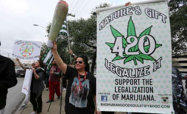 A crowd in favor of the legalization of cannabis in Texas gathered to rally at the intersection of San Pedro and Rector on Saturday, Feb. 10, 2018. The organization 420OpenCarry held the event to support the open use of recreational marijuana. (Kin Man Hui/San Antonio Express-News) Photo: Kin Man Hui, Staff / San Antonio Express-News / ©2018 San Antonio Express-News