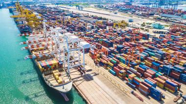 Criza containerelor continuă. Probleme apărute în China ar putea duce la o explozie a prețurilor mărfurilor de import