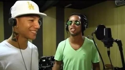 Ronaldinho Emang Jago Main Bola, Kalau Nyanyi?