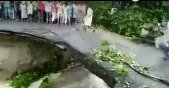 Hadeh! Warga Hilir Mudik Saat Jembatan Tergerus Banjir