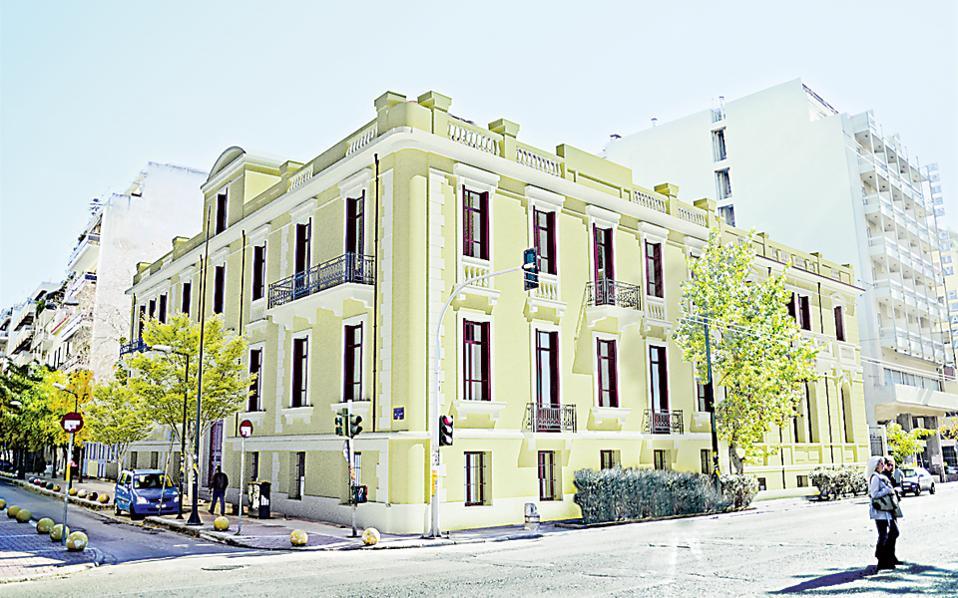 Φωτορεαλιστική απεικόνιση της «Βίλας Αμαλία» –των δύο νεοκλασικών, διατηρητέων κτιρίων που στέγασαν για μακρύ χρονικό διάστημα το ιστορικό Β' Γυμνάσιο Αρρένων Αθηνών– όπως θα γίνει μετά την αποκατάστασή τους. Το κακοποιημένο από την εικοσαετή κατάληψη ενδιαφέρον αρχιτεκτονικό συγκρότημα, στη γωνία των οδών Αχαρνών και Χέυδεν, ανήκει στον Δήμο Αθηναίων και θα μετασκευαστεί και πάλι σε σχολείο. Ετσι θα συμβάλει στην κοινωνική συνοχή και στην αισθητική αναβάθμιση της υποβαθμισμένης περιοχής. Η δημοπράτηση του έργου θα γίνει άμεσα και οι εργασίες πρόκειται να αρχίσουν την άνοιξη. Το σχολείο προβλέπεται να λειτουργήσει από τον Σεπτέμβριο του 2015.