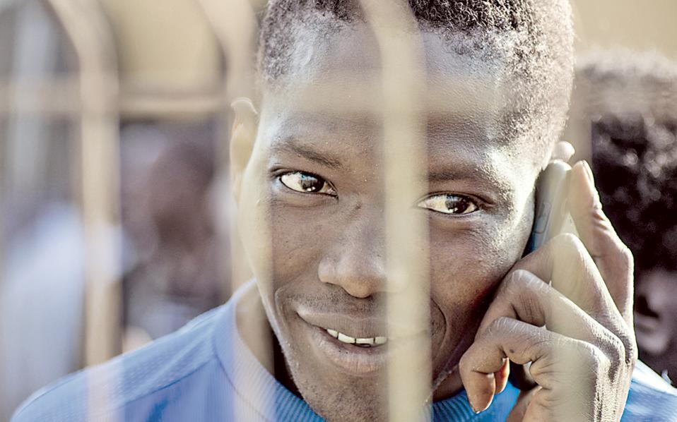 Μετανάστης στο κέντρο προσωρινής φιλοξενίας στη Μελίγια. Το μοναδικό χερσαίο σύνορο Ευρώπης - Αφρικής είναι μαγνήτης για όσους επιθυμούν να μεταβούν στην Ευρώπη.