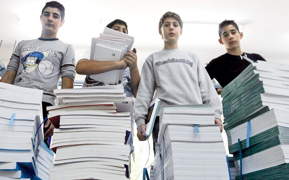 Αποτέλεσμα εικόνας για μαθητες με βιβλία