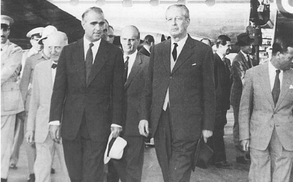 7 Αυγούστου 1958. Ο πρωθυπουργός Κωνσταντίνος Καραμανλής υποδέχεται στο αεροδρόμιο τον Βρετανό ομόλογό του Χάρολντ Μακμίλαν. Το βρετανικό σχέδιο απορρίφθηκε από την ελληνική κυβέρνηση και τους Ελληνοκυπρίους.
