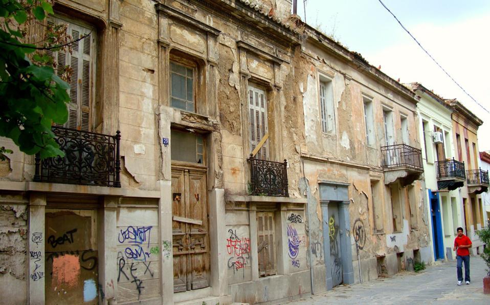 Προπολεμικά σπίτια σε κακή κατάσταση σε δρόμο του Μεταξουργείου. Η Αθήνα είναι γεμάτη με μεμονωμένες περιπτώσεις παλιών, διατηρητέων κατοικιών που βρίσκονται σε άθλια κατάσταση.