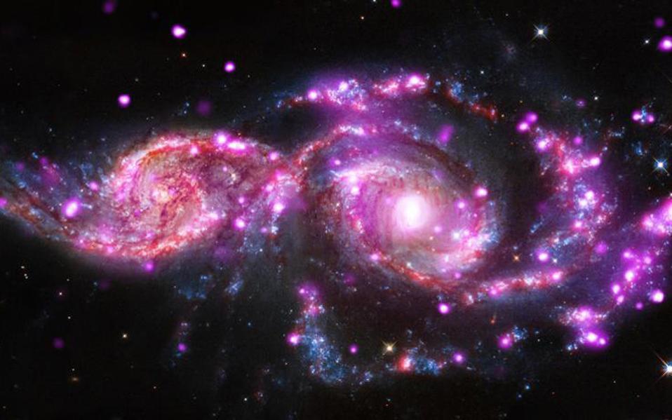 Η φωτεινότητα του Σουπερνόβα αποκαλύπτει την ηλικία του. Oσο πιο αχνό είναι το φως του, τόσο πιο μακριά μας βρίσκεται και τόσο πιο παλιά πραγματοποιήθηκε η έκρηξη. Το φως αυτό ταξιδεύει σε εμάς μέσα σε ένα διαστελλόμενο Σύμπαν. Το πόσο έχει διασταλεί αυτό το φως μαρτυρά το πόσο έχει διασταλεί και το Σύμπαν.