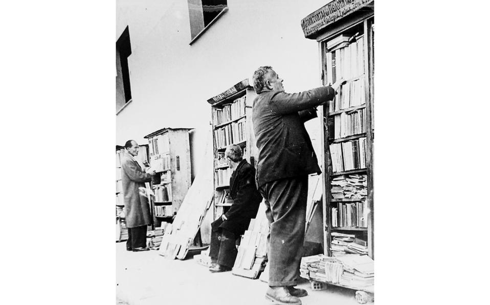 Οι υπαίθριοι βιβλιοπώλες στην οδό Μασσαλίας.
