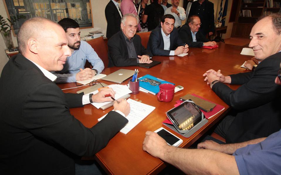 Tα σχέδια και τα σενάρια που επεξεργάζονταν οι διάφορες ομάδες του ΣΥΡΙΖΑ για ρήξη με τους εταίρους ήταν σε γνώση του κ. Τσίπρα.