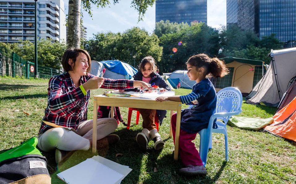 """«Ανοιχτό προς τα έξω σχολείο» σημαίνει, σύμφωνα με τον κ. Χαρ. Μπαλτά, δάσκαλο, «""""γεμίζουμε"""" το παιδί με πιο πολλούς χώρους, έτσι ώστε να πάψει να βλέπει τα κάγκελα της αυλής σαν τα όρια του σχολείου του»."""