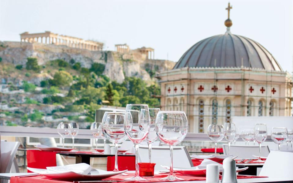 Γεύμα με θέα τον τρούλο της Μητρόπολης Αθηνών και την Ακρόπολη από το roof garden του ξενοδοχείου «Αthens Status».
