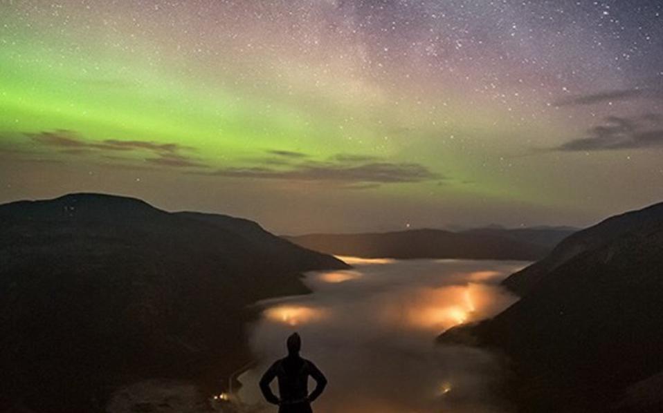 Αραγε, τα άπειρα άστρα του σύμπαντος δεν είναι ικανά να φωτίσουν τον νυχτερινό ουρανό;