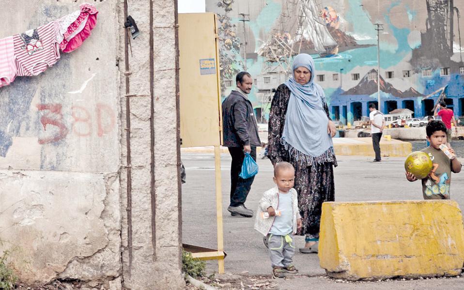 Οικογένεια προσφύγων εγκλωβισμένη στο λιμάνι του Πειραιά. Η ετυμηγορία των ερωτηθέντων ως προς τους χειρισμούς της Ε.Ε. στο προσφυγικό είναι επικριτική σε ποσοστό έως και 94%.