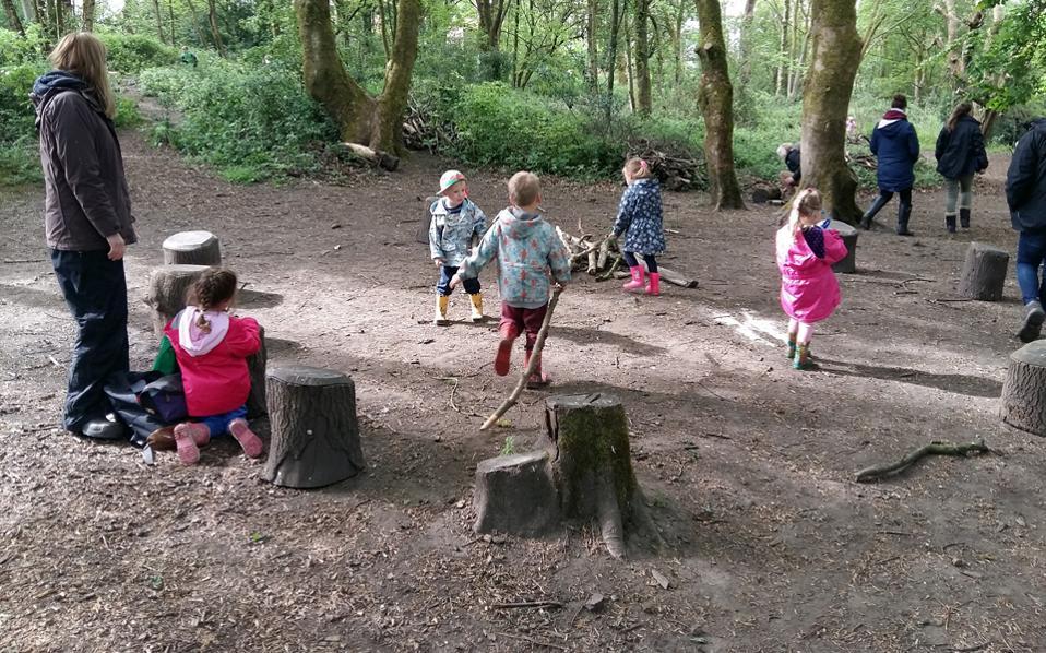 Στα σχολεία του δάσους τα παιδιά αποκτούν ενσυναίσθηση τόσο για τα υπόλοιπα μέλη της ομάδας, με τα οποία αλληλεπιδρούν, όσο και για το ίδιο το περιβάλλον, καθώς πολύ γρήγορα αποκτούν σεβασμό.