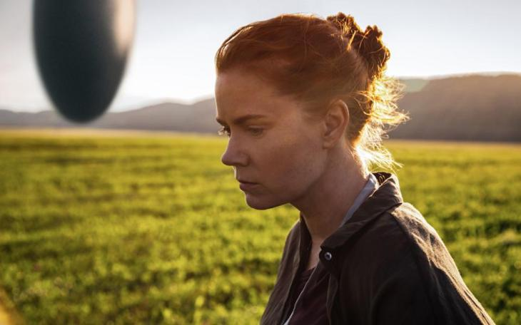 Η Εϊμι Ανταμς στην «Αφιξη» (Arrival), που αναμένεται στις κινηματογραφικές αίθουσες τον Νοέμβριο. Στο βάθος, ο ιπτάμενος δίσκος...
