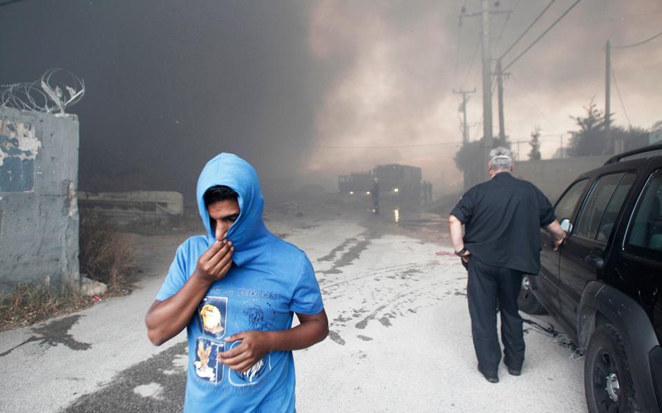Ασπρόπυργος, Ιούνιος 2015. Το εργοστάσιο ανακύκλωσης τυλίγεται στις φλόγες. Για μέρες, νέφος διοξινών καλύπτει την περιοχή και τοξικά υλικά διασπείρονται τριγύρω. Μέχρι και 13% αυξήθηκε η συνολική πιθανότητα καρκινογένεσης στους ανθρώπους που ζουν σε ακτίνα δύο χιλιομέτρων από το εργοστάσιο ανακύκλωσης. Αυτό είναι ένα από τα ευρήματα του προγράμματος «Crome–life», το οποίο παρουσιάστηκε χθες στην Αθήνα. Πραγματοποιήθηκαν αναλύσεις αίματος και υπολογίστηκαν οι διοξίνες που πέρασαν στον οργανισμό των κατοίκων της περιοχής. Ιδιαίτερο πρόβλημα υπάρχει με τα παιδιά της περιοχής που ήρθαν άμεσα σε επαφή με επικίνδυνες ουσίες στο έδαφος.