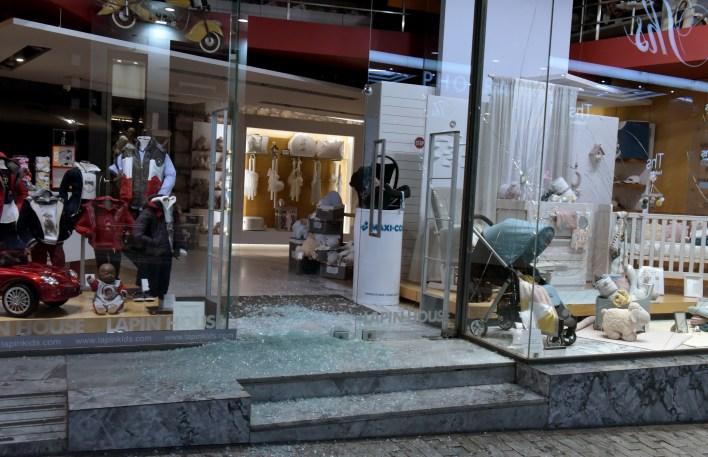 Πρωτοφανείς βανδαλισμοί από αντιεξουσιαστές σε καταστήματα στην Ερμού