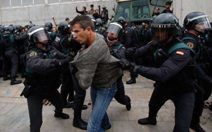violence5 Στο αίμα πνίγηκε το δημοψήφισμα στην Καταλωνία [εικόνες & βίντεο]