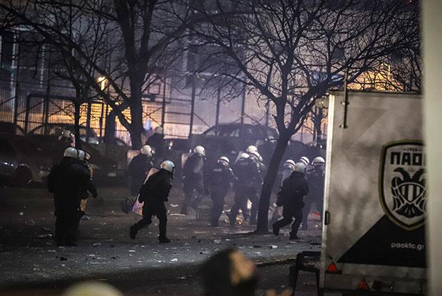 Επεισόδια μεταξύ οπαδών και αστυνομίας στην Τούμπα (video)