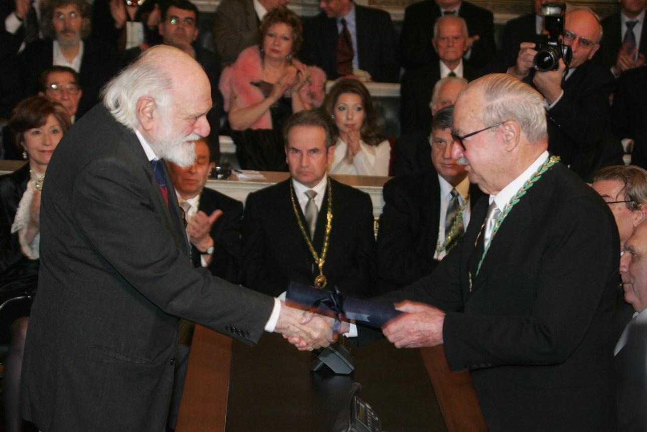 O ποιητής Νάνος Βαλαωρίτης παραλαμβάνει το βραβείο του από την Ακαδημία Αθηνών  το Δεκέμβριο του 2004.