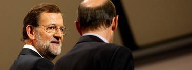 Rajoy mira a Rubalcaba minutos antes del debate electoral que protagonizaron durante la pasada campaña | Archivo/EFE