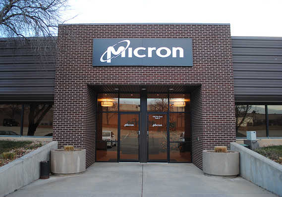 Micron stock falls as forecast disappoints, earnings continue to plunge