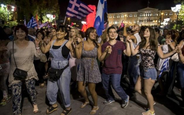 Αποτέλεσμα εικόνας για χορευουν στο συνταγμα δημοψηφισμα