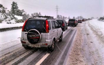 Ουρές χιλιομέτρων στην Ε.Ο Πατρών – Κορίνθου λόγω χιονόπτωσης και τροχαίου