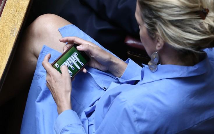 Η πασιέντζα της Άννας Καραμανλή στα έδρανα της Βουλής