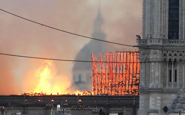Φωτογραφίες από την καταστροφική πυρκαγιά στην Παναγία των Παρισίων