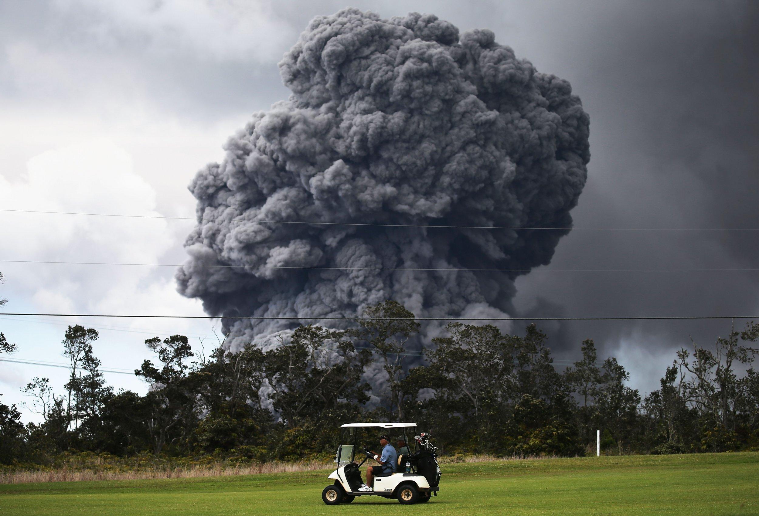 Hawaii Kilauea Volcano Red Alert Major Eruption Imminent As Ash Cloud Rises 12 000 Feet In