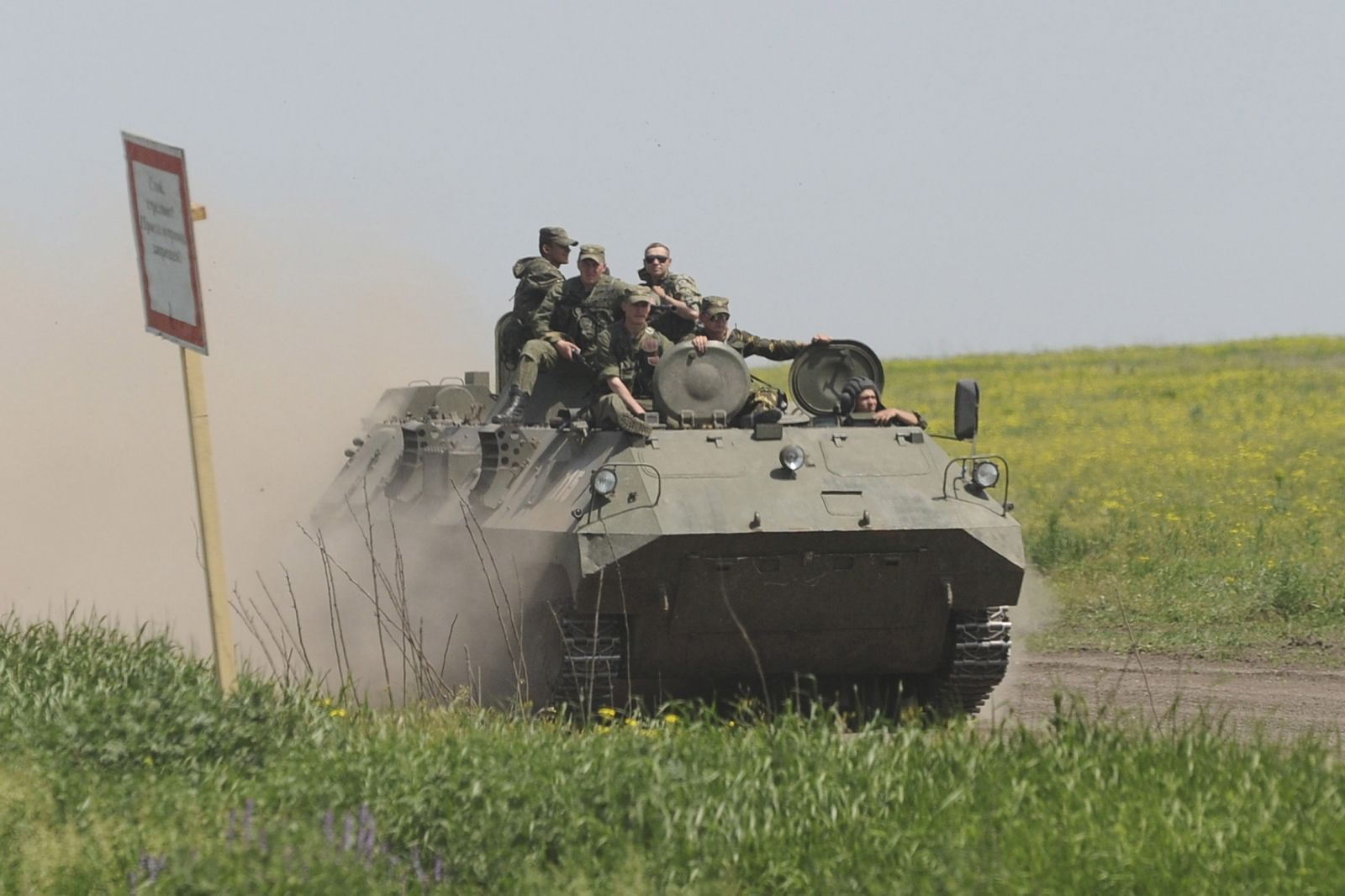 russian-apc-ukraine-border